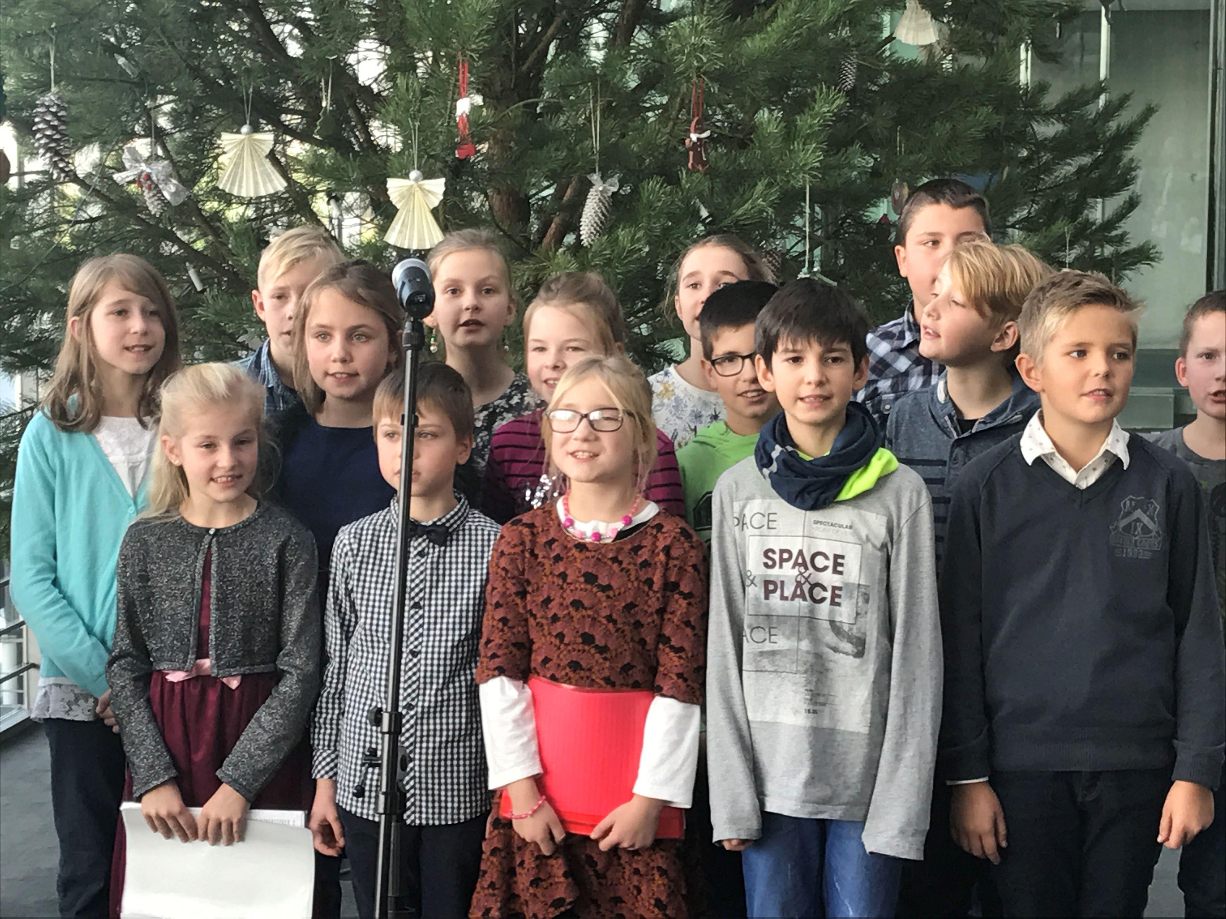 weihnachtsbaum_singende-kinder_24-11-2016